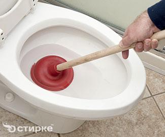 Как чистить унитаз от засора и известкового налета