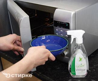 Как правильно очистить микроволновую печь от капель жира