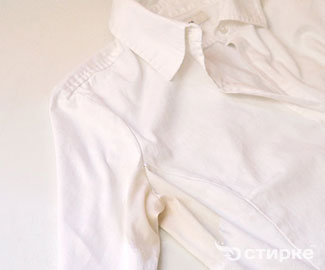 Чем отстирать свежие и застарелые пятна от пота с белой одежды