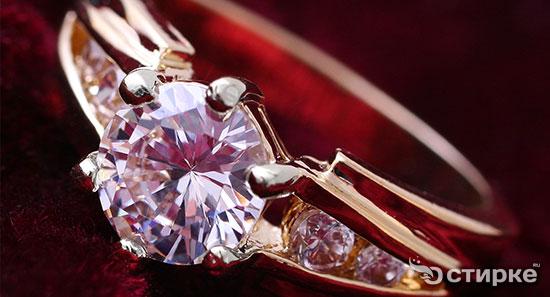 Как почистить и вернуть блеск украшениям с бриллиантами